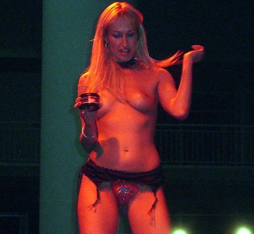 Sophie Evans en pleno espectáculo erótico