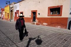 -El ojo que todo lo ve- (CEGRO) Tags: candil calle pueblo mágico pinos zacatecas perro gente sombras