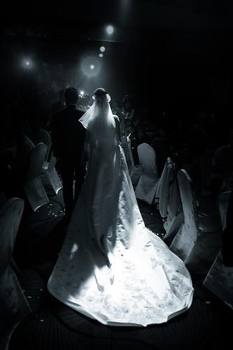 穿著白紗走向眾人的面前。