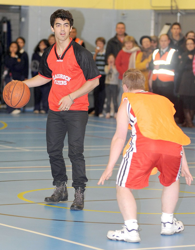 joe-jonas-special-olympics-basketball%20(3)