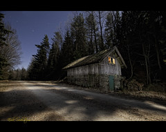 Svartedalen House at Night #photog (EXPLORED) (mescon) Tags: house cold night nikon long exposure december angle wide shed sb600 sigma f45 midnight abandonded desolate 1020 softbox gel isolated natt hus 30s 30sec svartedalen flashes d300 uwa strobes sb800 torp vstra blixt iso1000 vergiven midnatt 1xp softboxes strobistcom strobist vergivet blixtar skjul gtaland