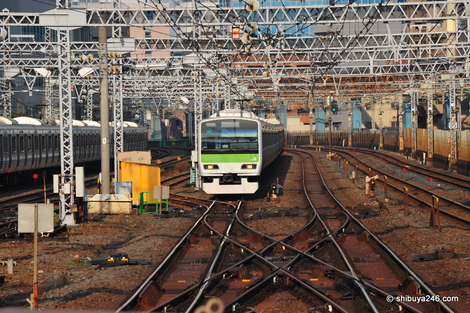 Although the Yamanote Line generally stays on the same track all the way round the loop, at the flick of a switch it could be diverted to other platforms.