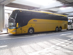 volvo tri axle for student agency at victoria coach station (westernsmt) Tags: greyhound london volvo victoria greenline lufthansa scania vanhool acron arriva shires irizar