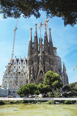 Sagrada Família, Barcelona (Naomi Rahim (thanks for 3 million visits)) Tags: barcelona spain españa europe europa 2016 travel travelphotography nikon nikond7200 wanderlust architecture church gaudi antonigaudi exterior cranes water pond summer sagradafamília