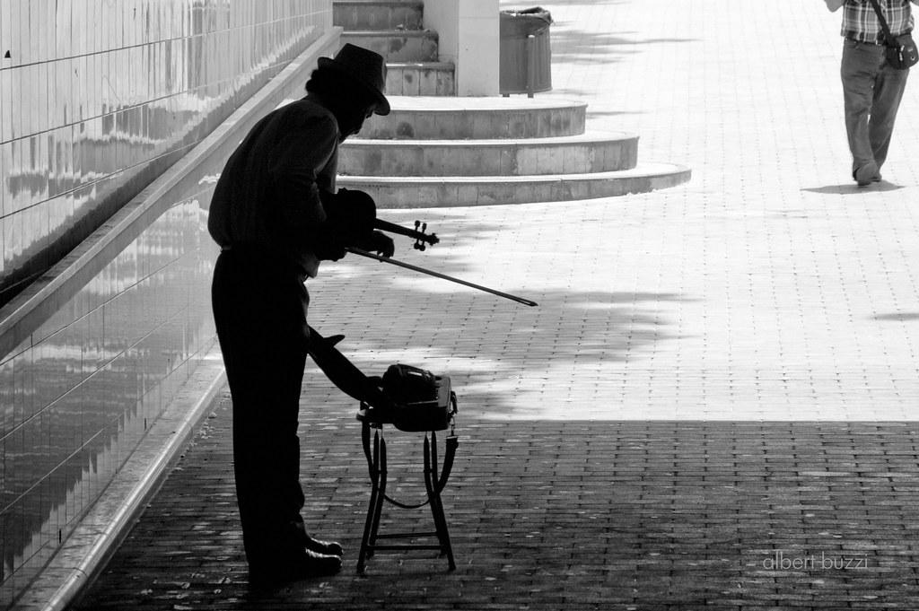 un violiniste sota el terrat