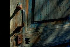 Demasiado tiempo al sol. (marcos socram) Tags: door wood old puerta madera vieja abandonment hdr fgsolesombra