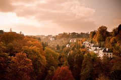 picturesque (Dennis_F) Tags: autumn houses red sky orange brown green rot fall clouds landscape colorful colours view fallcolors sony herbst himmel wolken 1750 colourful grn braun aussicht dslr luxembourg tamron picturesque landschaft luxemburg herbstfarben a700 malerisch herbstlich tamronlens huse tamron1750 sonydslr tamron175028 herbstbild alpha700 sonya700 sonyalpha700 dslra700 fallphotography tamronobjektiv autumnshot