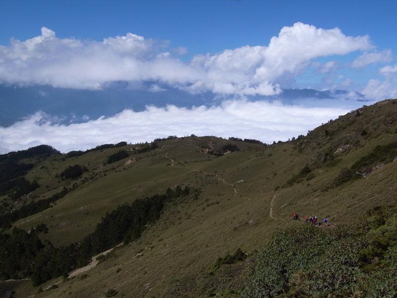 在雲海之上的草坡行進