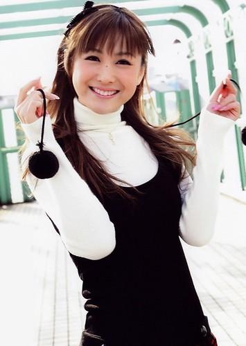 服についたポンポンを手に持って可愛くポーズをする椿姫彩菜