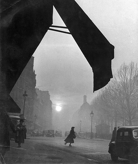 Willy Ronis. Carrefour Sévres-Babylone, 1948