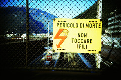 Pericolo di Morte (Markus Moning) Tags: film station sign danger train 35mm warning fence death schweiz switzerland lomo lca xpro lomography cross suisse touch ct railway bahnhof sbb x schild dont morte wires di pro 100 process lc bellinzona agfa svizzera non zaun processed pericolo fili hag ffs lebensgefahr moning warn hinweis precisa cff hinweisschild markusmoning toccare