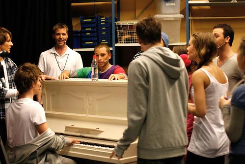Skuespillere og sangere varmer opp før generalprøven på High School Musical på Lillestrøm kultursenter.