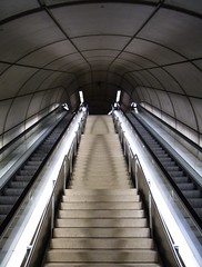 (Desideria) Tags: light luz stairs underground subway concrete grey gris licht metro geometry escalator grau bilbao escalera normanfoster ubahn escaleras beton untergrund rolltreppe concreto hormign fosterito