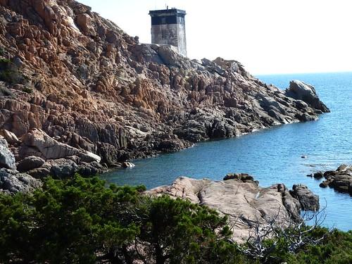 Le phare de Capu di Fenu et sa partie rocheuse à traverser