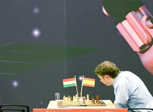 Alexei Shirov vertoeft momenteel op eenzame hoogte