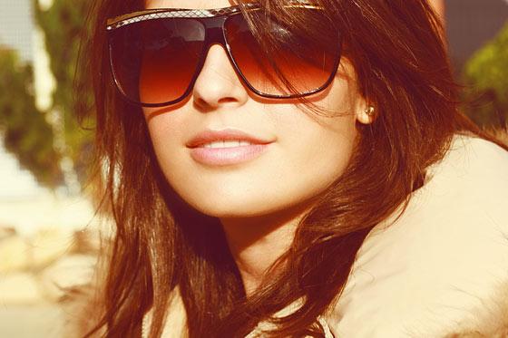 mujer con lentes grandes