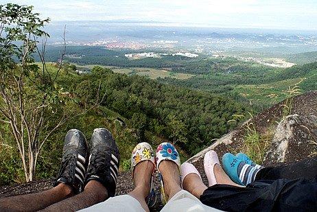 kaki bercrocs di atas bukit