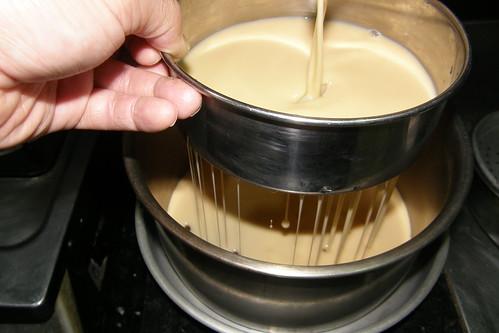 23.過篩後倒入墊有焦糖底的烤鍋裡
