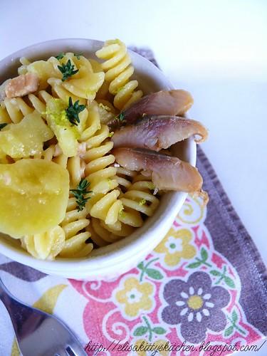 Pasta e patate con aringa affumicata e limone