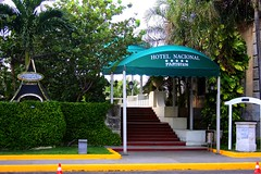 Hotel Nacional de Cuba (miamiphotographerone) Tags: city people canon havana cuba cities hunter animais lahabana hotelnacional caador ernesthemingwaymuseum hctorfalcnrodrguez