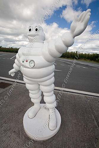 Sculpture en résine du Bibendum Michelin sur une aire autoroutiè