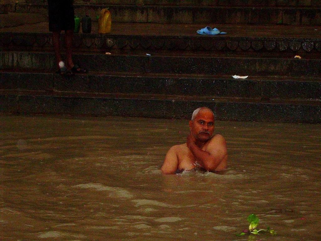 ¿Dónde se está bañando este hombre?