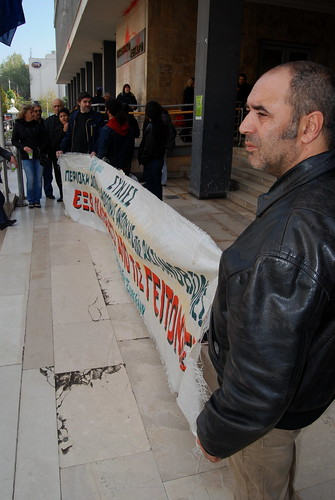 Thessaloniki resident in demo outside city courts over Mobile phone aeriels