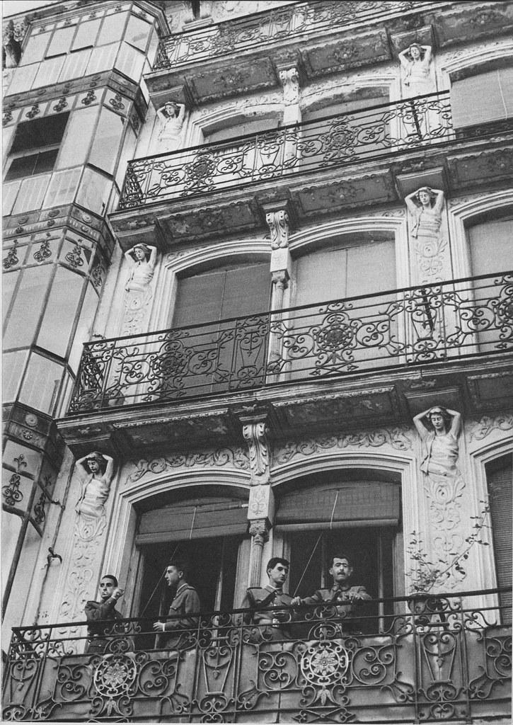 Militares asomados en los balcones superiores al Café Español de Toledo en los años 60