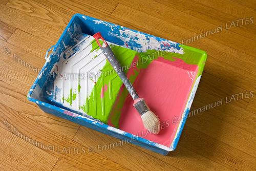 Bac plastique et pinceau ayant déjà servi pour de nombreux trava