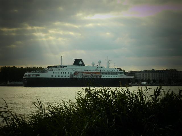 Minerva Cruise Ship coming Bordeaux - P6150176