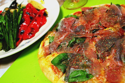 バジルと生ハムのピザ