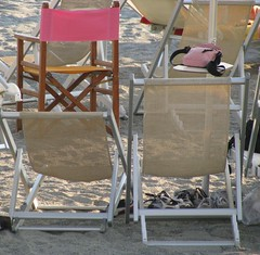 in the middle of deckchairs (lucia bianchi) Tags: pink yellow beige chair rosa giallo sedia sdraio unagiornataalmare allegrisinasceosidiventa howeveritsstillmylife