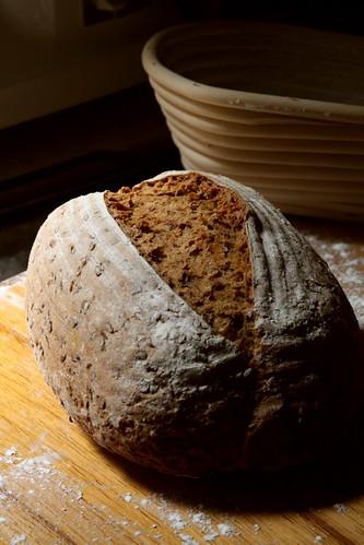 Hogaza de pan con cesto en el fondo