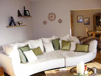 sala decorada com almofadas