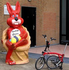 Happy Easter (Akbar Sim) Tags: holland netherlands bicycle scheveningen nederland denhaag thehague folding brompton paashaas happyeaster vrolijkpasen akbarsimonse akbarsim