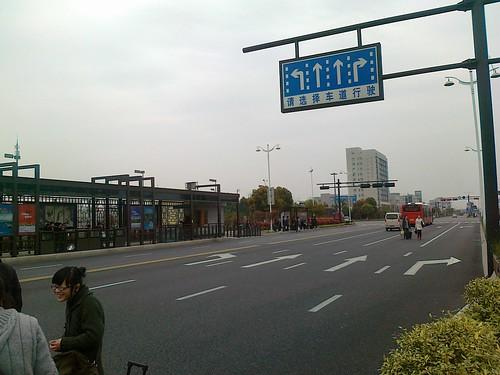 等待跨境的公交车