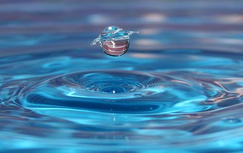 gota cae en agua