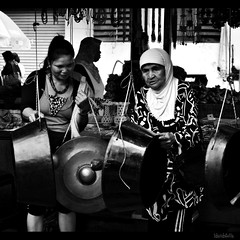 sweet sound of the gong. (1davidstella) Tags: woman white black nikon market candid traditional streetportrait kotakinabalu 1855mm bazaar nikkor sabah gamelan blackdiamond tamu gongs d300 ethinic putatan artofimages flickraward 1davidstella 4tografie flickrtravelaward