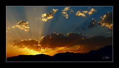 Al final del da (chememoro) Tags: azul contraluz atardecer amarillo cielo nubes naranja ocaso montaas rayos artofimages bestcapturesaoi