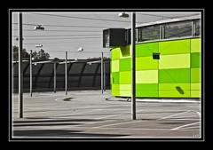 (0200) Leerer Parkplatz - Empty car-park (EnDe53) Tags: color building green canon eos grn farbe gebude 450d ennodernov