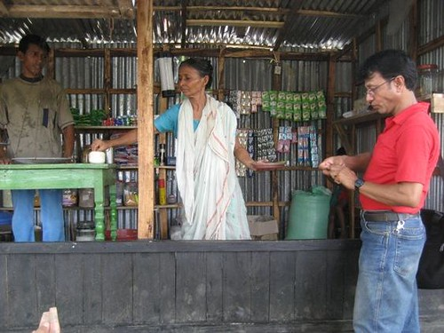 Kanok e sua mãe atendem um cliente