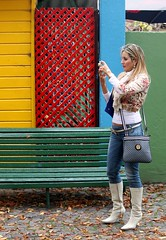 Los colores de La Boca (carlos_ar2000) Tags: street woman color colour sexy argentina girl beauty bench calle mujer buenosaires pretty photographer chica gorgeous banco linda blonde rubia laboca bella fotografa