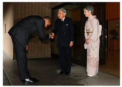 Obama bows to Japanese Emperor