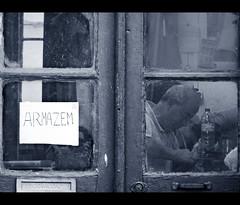 Armazem (Maricruz Suarez - Photography ) Tags: street door window reflections puerta candid working explore ventanas taller reflejo callejeando elvas suarez maricruz correio armazen arreglos robado explored mariacruz ilustrarportugal maricruzsurez