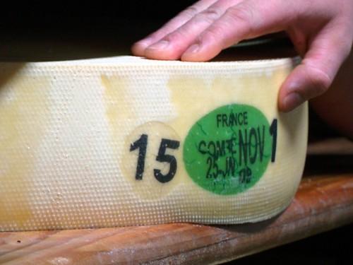 Queijo Comte com placa de caseína, que controla a sua produção.