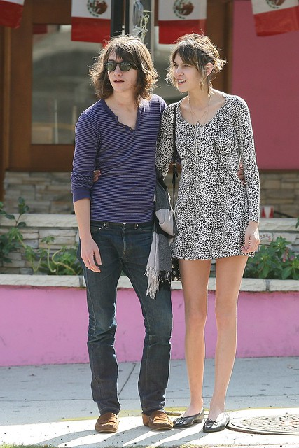 Preppie_-_Alexa_Chung_strolls_around_the_streets_of_West_Hollywood_-_October_7_2009_9187