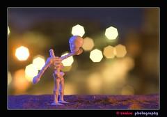ser o no ser (unai momoitio) Tags: light macro closeup night toy creativity photography 50mm lights iso100 luces noche photo nikon dof bokeh flash tripod creative arena desenfoque d200 18 creatividad playmobil juguete manfrotto tripode buket sb800 sb900 unaisa filtraje