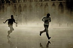 ~ on the run v2 ~ (Janey Kay) Tags: mist boys water walking soleil eau gente action bordeaux running movimiento personas bewegung movimento septembre 2009 brume junge active mouvement laufen garons azione marcher courir acquitaine surlevif miroirdeau janeykay momvement