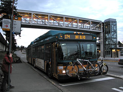 Metro 174 at SeaTac/Airport Station (Oran Viriyincy) Tags: bus bicycle sign evening skybridge stop transit soundtransit kingcountymetro newflyer linklightrail de60lf