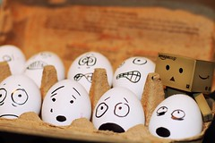 183/365 Mini beruhigt die Ostereier / Mini calms down the easter eggs (_vonStein) Tags: easter amazon fear eggs ostern angst calmdown eier danbo project365 beruhigen revoltech projekt365 danboard flickcolour